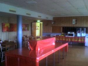 Skolans matsal, kortet är taget med suddig mobilkamera.