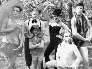 Från vänster: Lindansaren Vera, clownen Konrad, lillclownen Spagetti, cirkusdirektör Bernad Burdati, cirkusmusikern Christina och Starke Albert. Foto: Isabel Evers.