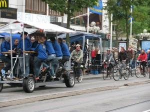 """Mitt bland alla """"vanliga"""" cyklar syntes en """"BarBike"""", en kombination mellan cykel, spårvagn och bar. Med konduktör och allt."""