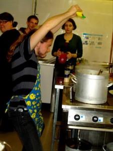 Ullis knep den här paparazzibilden på mig när jag lagar grönsakssoppa. Massa citron ska det vara!