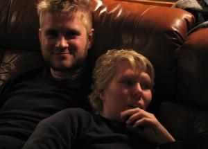 Matti och Emma myser i soffan!