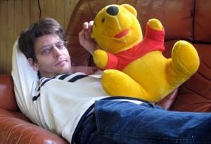 Stefan och Puh tar igen sig i soffa.