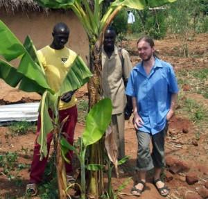 Foto från Kenya där jag var på besök 2009. Tobias, Isack och jag. Och ett bananträd.