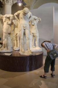 Man kan... göra som statyerna gör!