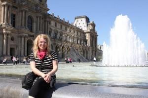 Man kan sitta utanför Louvren med en reflektion av pyramiden i bakgrunden!