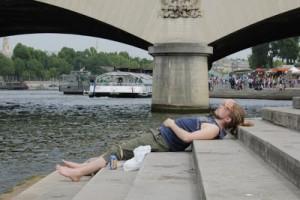 Man kan somna på trapporna vid Seine.