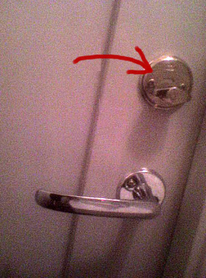 EMANUEL DISSAR – del 24: Toalettlås
