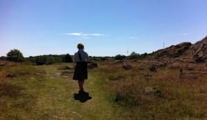 """Janina tog täten. Vi gick """"den hemliga"""" vägen till gravfältet, samma väg som jag tagit sen när jag var liten."""