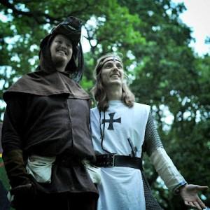 Riddar Konrad (Andreas Alme) och hans talande häst Valdemar (Arvid Silvmarker)