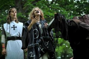 Nicholas Flamel (Agnes Leijon) försöker övertala Riddar Konrad om sin skicklighet som alkemist.