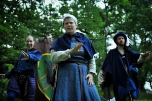 Kungliga akademin presenterar sig med sång och dans, frontad av Christine de Pisan (Malin Karlsson), med Alessandro di Medici och Nicholaus Cusanus (Mikael Linell) bakom.