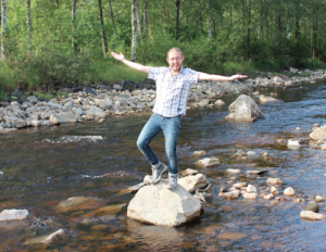 Jag på en sten i den nyöppnade Önne å. Foto: Agneta Carlsson