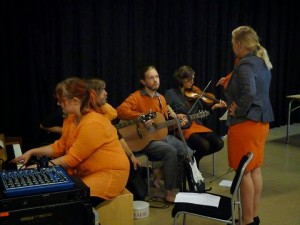 Kommunstyrelsen tjänstgör även som orkester.