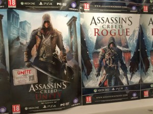 Assassins Creed: Unity & Rouge. Aktiv, beväpnad man i grodperspektiv.