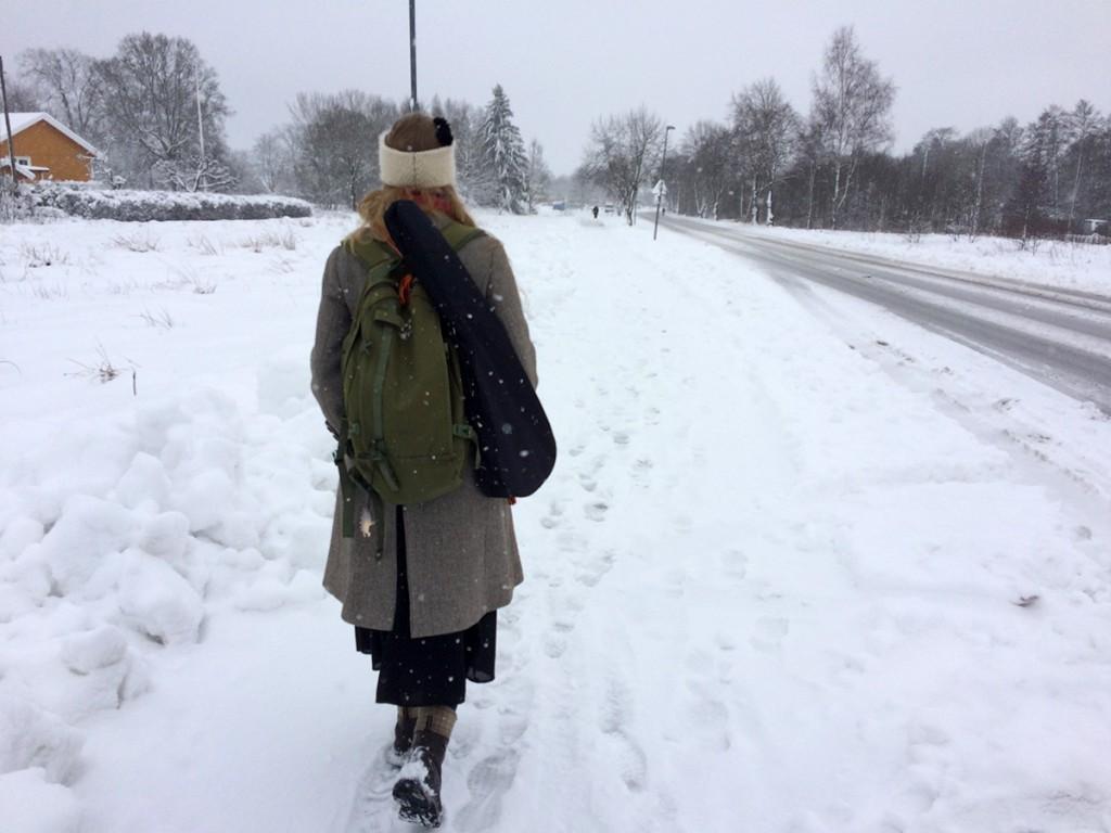 På väg till tåget i snön