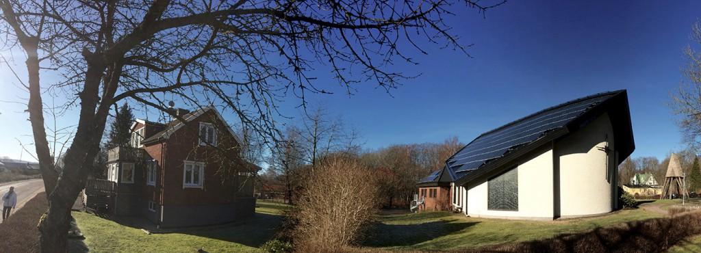 Vargöns kyrka med solceller på taket